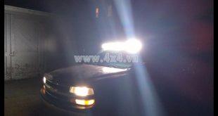 Picture: Xe bán tải và xe ô tô gắn đèn led bar để trợ sáng khi đi đường vào ban đêm